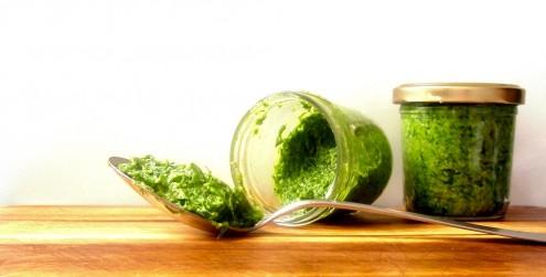 minimalistická kuchařka, food blog, recept, zdraví, zdravý, jednoduchý, minimalismus, minimalistický, jídlo, pesto, pažitkové, pažitka, parmezán,